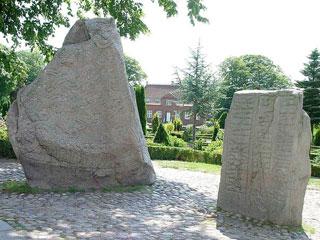 Tumulus, pierres runiques et église de Jelling