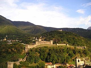 Trois châteaux, muraille et remparts du bourg de Bellinzone
